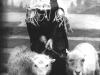 jeune-fille-ile-ouessant-moutons-en-laisse